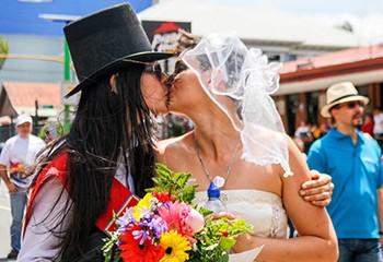 Costa Rica : Le gouvernement abandonne les charges contre le seul couple lesbien marié du pays