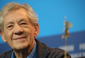 Ian McKellen : « mon plus grand regret est de ne pas avoir fait mon coming-out à mes parents »