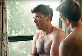 Découvrez le craquant héros gay et handicapé de « Special », la nouvelle série de Jim Parsons