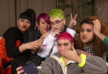 ACCUEILSOCIÉTÉ LGBTQ+: Une banque d'images propose 180 photos pour donner plus de visibilité aux personnes trans et non-binaires