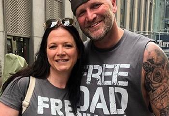 Cet homme supporte la cause LGBT en distribuant une centaine de câlins gratuits à des personnes rejetées par leur famille