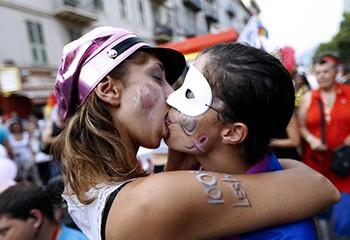 Pour 85 % des Français, être lesbienne, gay ou bi, c'est comme être hétéro