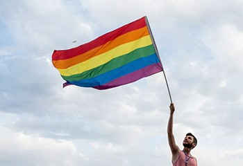 Homophobie: les personnes LGBT mieux acceptées par la société française mais...