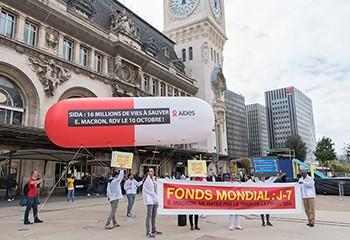Fonds mondial : Aides manifeste Gare de Lyon pour qu'Emmanuel Macron « ne rate pas le train de la fin du sida »
