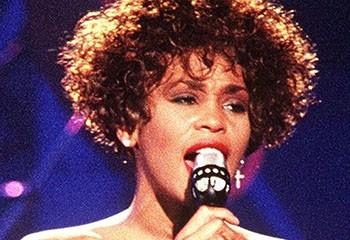 La meilleure amie de Whitney Houston révèle qu'elles ont eu une relation amoureuse