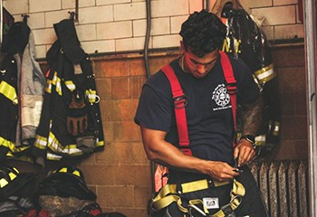 Un prof mis en garde à vue pour avoir maté des pompiers sous la douche