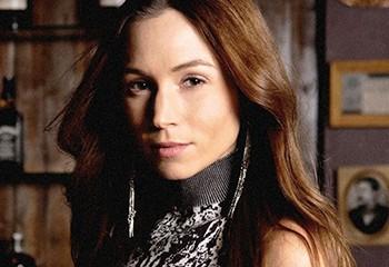 Dominique Provost-Chalkley, star de la série « Wynonna Earp », fait son coming out queer