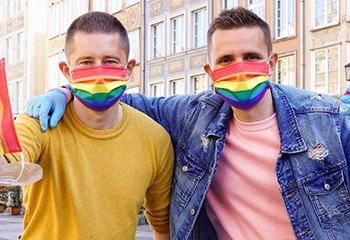 Pologne : un couple gay fabrique des masques rainbow dans les « zones sans LGBT »