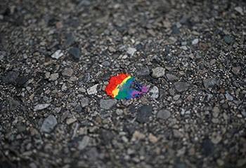 Des comptes de militants LGBT suspendus pour avoir utilisé le mot «pédé»