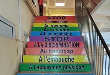 À Nogent-Le-Rotrou, un lycée installe un escalier pour sensibiliser aux discriminations