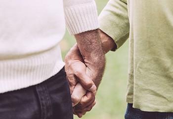 Seniors LGBT+ : comment adapter l'accès aux soins des personnes séropositives ou trans ?