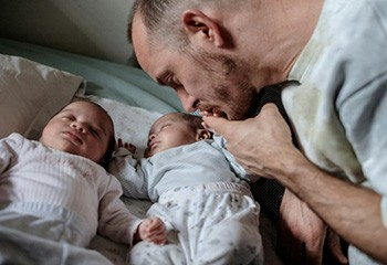 Nées d'une mère porteuse, Maya et Paula bloquées en Afrique du Sud