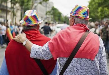 Royaume-Uni : un nombre record de personnes âgées de plus de 65 ans s'identifient comme LGB
