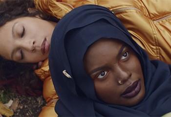 Léonie Pernet dénonce la peur de l'autre dans le très beau clip de « Auaati »