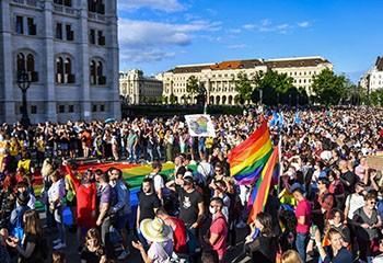 Droits LGBT : si la Hongrie ne revient pas sur sa loi, la Commission européenne menace de lancer une procédure