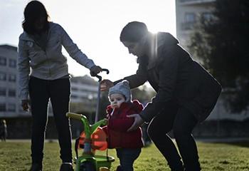 Irlande : les mères lesbiennes apparaîtront bientôt sur le certificat de naissance de leur enfant